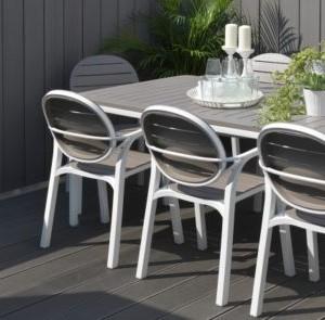 Alege un frumos set cu masa si scaune de gradina